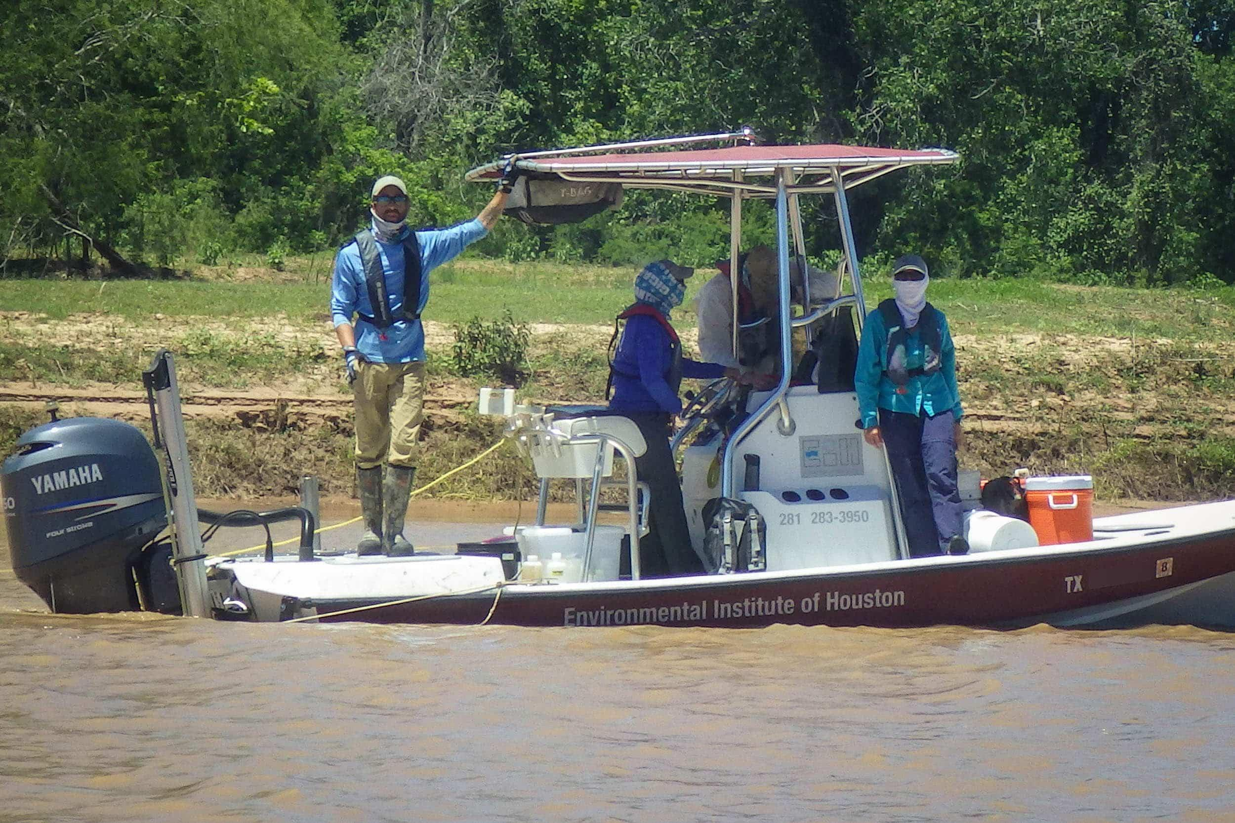 Cory Scanes, Sherah Loe, Tyler Swanson, and Kristi Fazioli run an otter trawl in the Brazos River